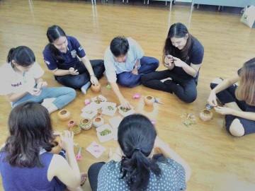 อาสาแต่งโอ่งจิ๋วน้ำใจช่วยภัยพิบัติ 19 พ.ค.   Volunteer –To decorate tiny jars for Disaster Relief