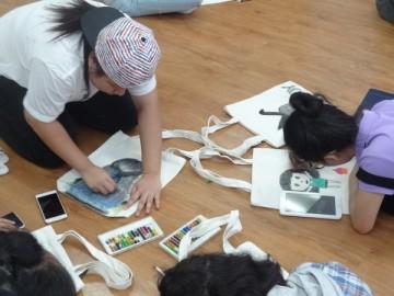 อาสาสมัครลงลายกระเป๋าผ้า เพื่องานพัฒนาเด็กด้อยโอกาส 19 พ.ค.  Volunteer to Paint Bag to support Child Development in Thailand