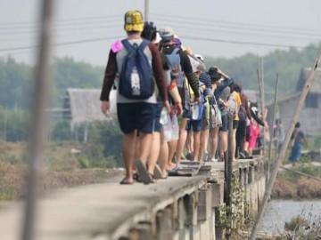 อาสาปลูกป่าชายเลนป้องกันแผ่นดินที่สูญหายบ้านขุนสมุทรจีน
